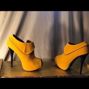 Mustard/Marigold 8US Stilletto booties Qupid new